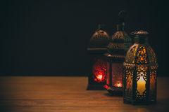 le-festin-musulman-du-mois-saint-de-ramadan-kareem-beau-fond-avec-une-lanterne-brillante-fanus-92355198